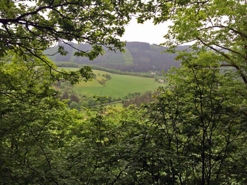 Nach den ersten 100 Hm - Rechts hinter den Bäumen liegt der Campingplatz