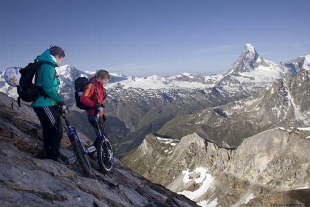 Auf dem Einrad das 3.406m hohe Mettelhorn hinunter